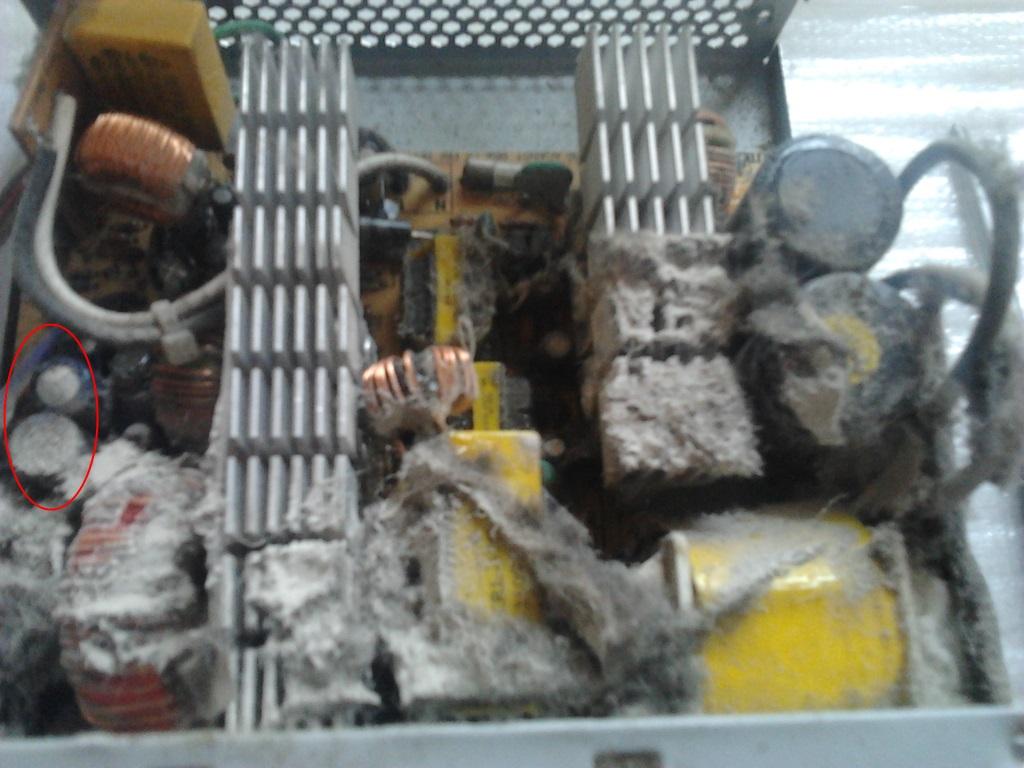 Maitinimo blokas pilnas dulkių, nuo perkaitimo išsipūtę du kondensatoriai